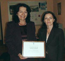 Мария Златарева, Помощник постоянен представител по програмните въпроси в ПРООН връчва Сертификата на изпълнителния директор на ПДИ д-р Гергана Жулева