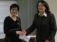 Д-р Гергана Жулева връчва наградата на Дияна Бончева, координаторът на ПДИ за област Ямбол